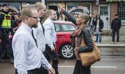 Contre la haine et les fanatismes, célébrons la diversité !  Th_230852391_7009_le_geste_de_tess_asplund_face_a_des_militants_neo_nazis_a_borlaenge_en_suede_le_1er_mai_2016_440x260_122_228lo