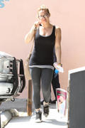 http://img25.imagevenue.com/loc384/th_893600430_Hilary_Duff_heading_to_pilates_class6_122_384lo.jpg
