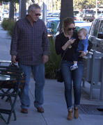 http://img25.imagevenue.com/loc390/th_268637321_Hilary_Duff_out_for_lunch_Beverly_Hills9_122_390lo.jpg
