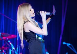 http://img25.imagevenue.com/loc511/th_430306540_50777_avril_lavigne_performing_live_in_moscow_19_11_122_511lo.jpg