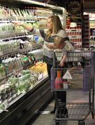 http://img25.imagevenue.com/loc531/th_439971935_Hilary_Duff_grocery_shoping11_122_531lo.jpg