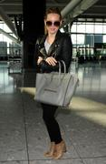 http://img25.imagevenue.com/loc87/th_155698585_Hilary_Duff_at_Heathrow_Airport_London7_122_87lo.jpg